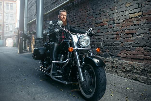 Бородатый мотоциклист на классическом чоппере