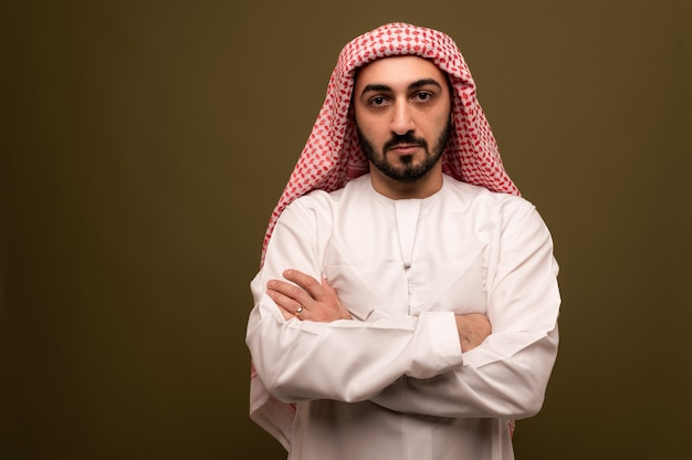 ヒジャーブのひげを生やしたイスラム教徒の男