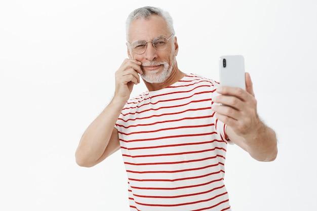 Бородатый старик в полосатой футболке