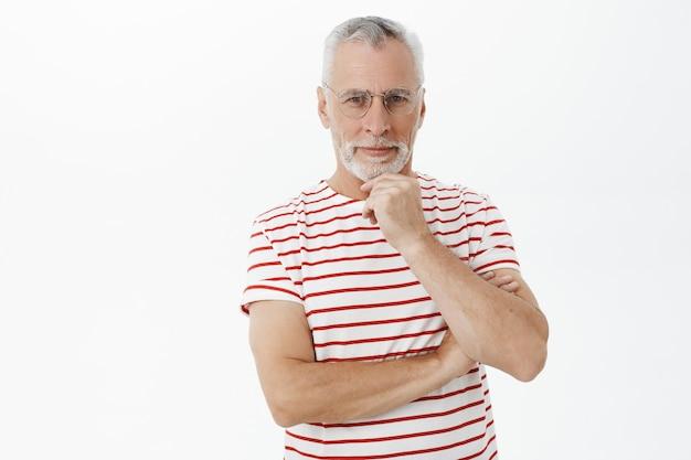 縞模様のtシャツのひげを生やした老人