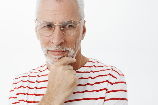 스트라이프 티셔츠에 수염 된 노인