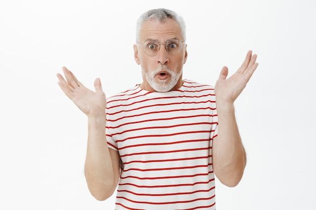Uomo anziano barbuto in maglietta a righe