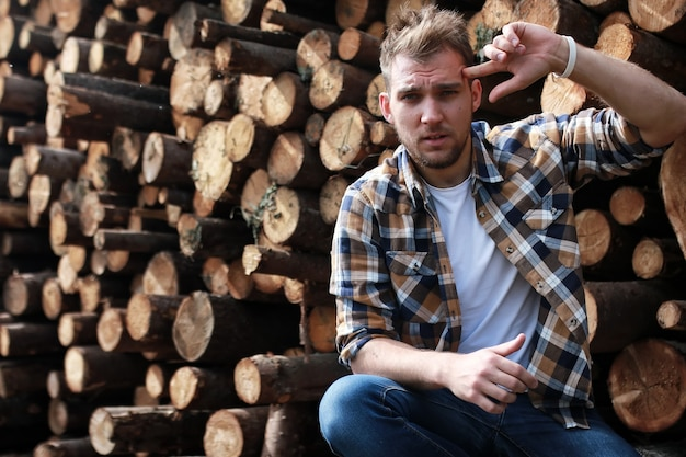 木材杭木の近くのひげを生やした人