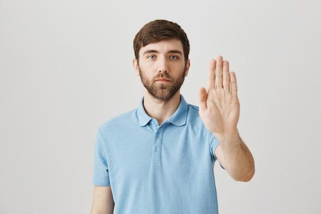 青いtシャツと若い男のひげを生やした肖像画