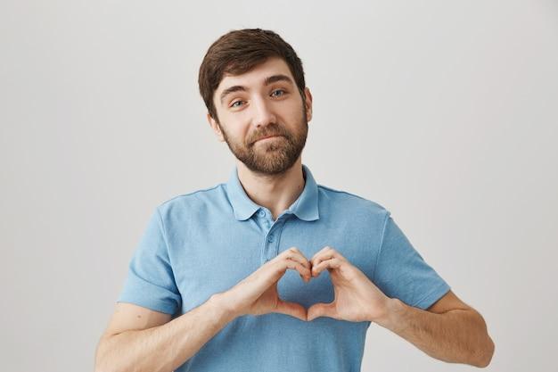 Бородатый портрет молодого парня в голубой футболке