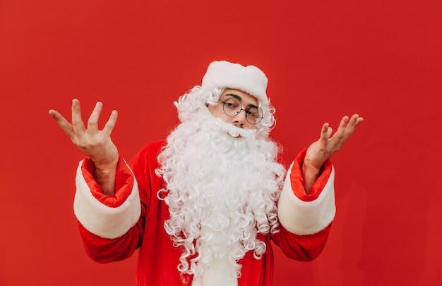 Бородатый санта-клаус выражает смущение жестом руки