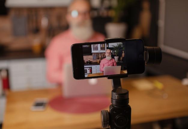 Бородатое старшее видео записи блоггера дома.
