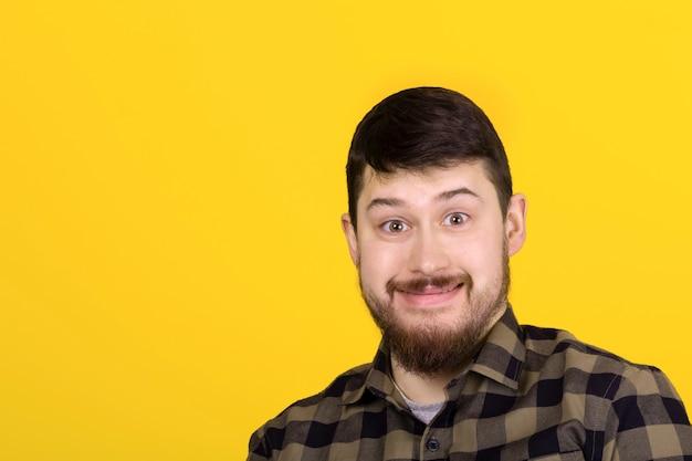ひげを生やした笑みを浮かべて男、黄色の壁の上のイメージ