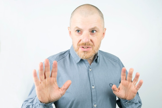 남자가 손을 내밀고 놀란 수염 프리미엄 사진