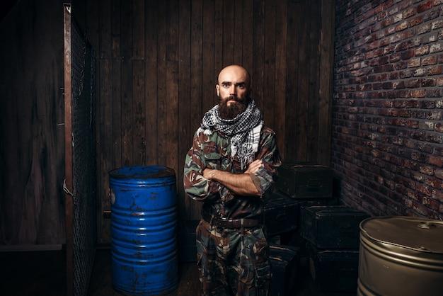 제복을 입은 수염 테러리스트, 남성 모자 드