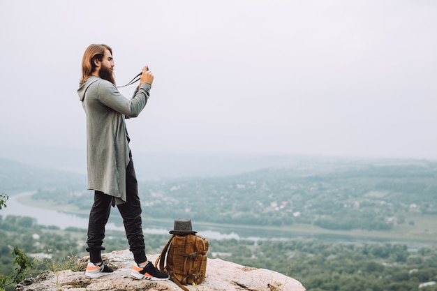수염 난 관광객은 아름다운 풍경 사진을 만듭니다.
