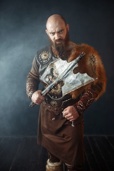 Бородатый викинг с топором вступает в бой