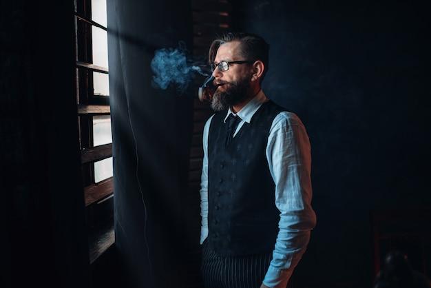 담배 흡연 안경에 수염 된 작가