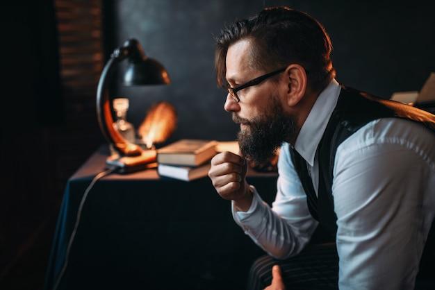 パイプを吸うメガネのひげを生やした作家
