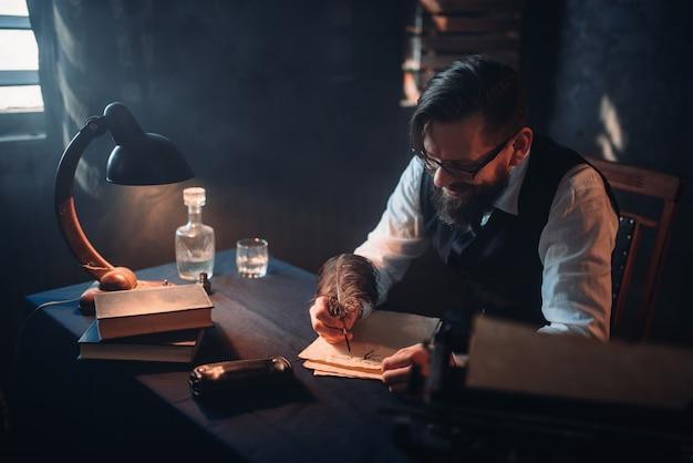 Бородатый писатель в очках пишет пером