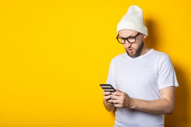 Бородатый молодой человек в шляпе и очках