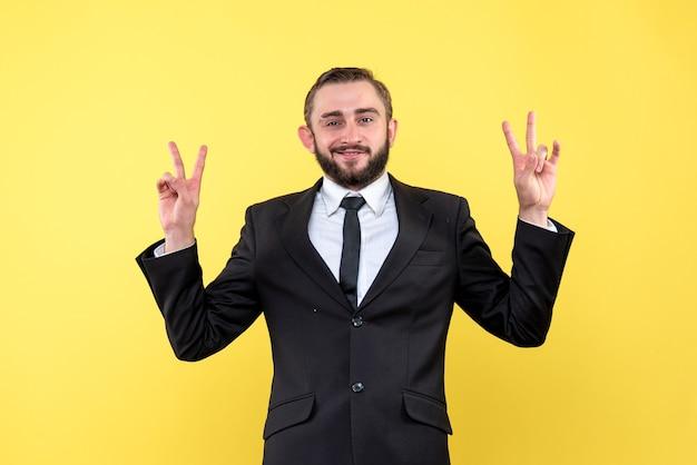 勝利のサインを示すひげを生やした若い男