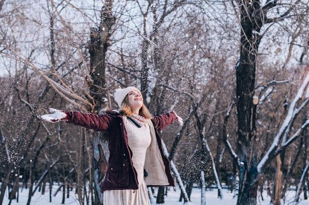 아름 다운 여성 웃는 초상화. 눈 덮인 겨울 옷을 입고 행복 한 여자의 초상화