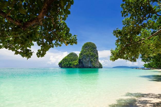 라일레이 해변, 크라비, 태국의 아름다운 녹색 바위