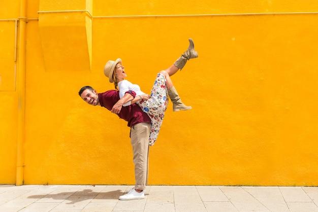 ヴェネツィアを訪問しながら楽しんでいる美しい若いカップル