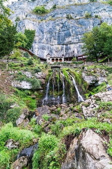聖beatus洞窟とthunersee、sundlauenen、スイス連邦共和国の上の滝。