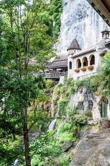 聖beatus洞窟とthunerseeの上の滝