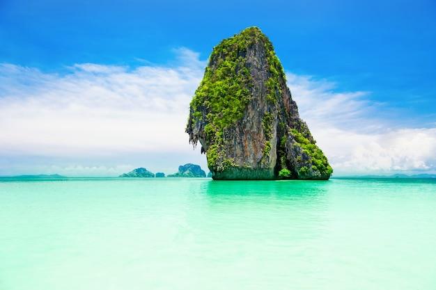 바다에 있는 beaty 석회암 바위