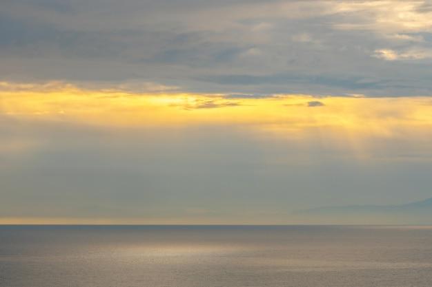 アマルフィ海岸の美しい夕日。ポジターノリゾート。海景。