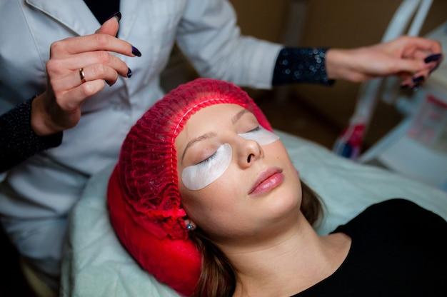 Косметолог, применяющий наращивание ресниц Premium Фотографии