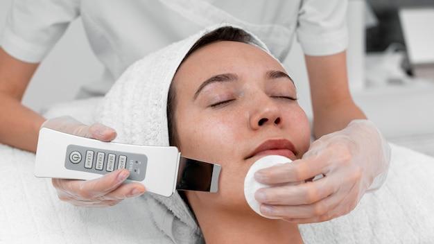 여성 고객을위한 얼굴 미용 루틴을하는 미용사 프리미엄 사진