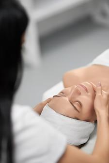 Косметолог делает специальную процедуру для улучшения кожи