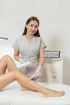 Косметолог сделает процедуру лазерной эпиляции и косметологии.