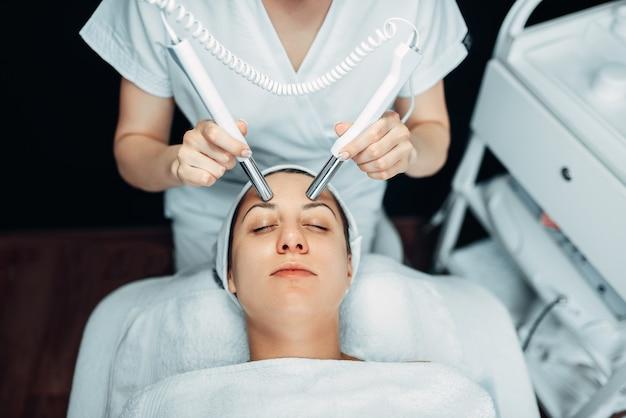 Косметолог делает процедуру омоложения лица