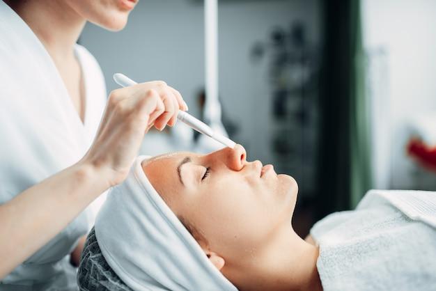 美容師は患者に若返りの手順を行います