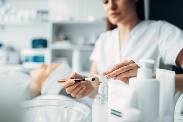 Косметолог делает женщине процедуру омоложения