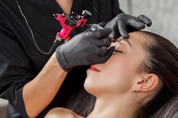 Косметолог выполняет моделирование перманентных бровей