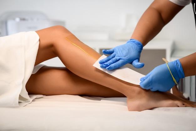 Косметолог, депиляция женские ножки в спа-центре