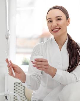 クリニックの美容師の女性