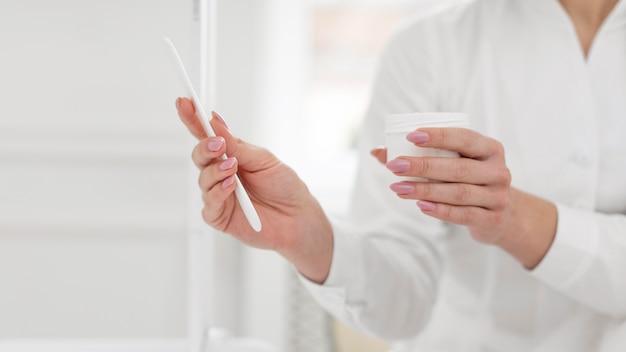 Женщина-косметолог в клинике