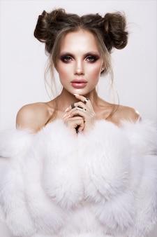 Beautifful европейский брюнет женщина с глянцевой чистой здоровой кожей