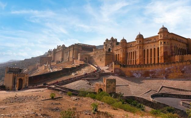 Прекрасный янтарный форт недалеко от города джайпур в индии. раджастхан