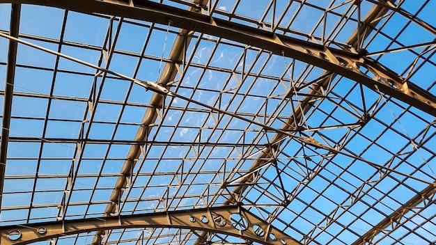 古い駅の長いガラス屋根の美しい抽象的なイメージ。ヴィンテージ建築