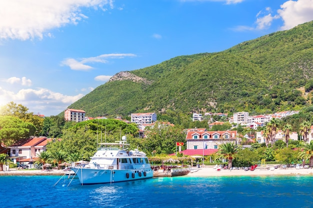 Красивый пейзаж адриатического побережья, которский залив, черногория.