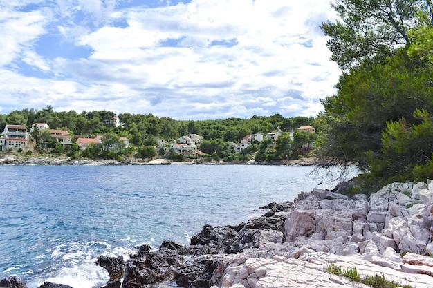 크로아티아, 흐 바르의 아름다운 아드리아 해. 푸른 라군, 푸른 소나무, 돌이 많은 해안 바위, 푸른 물, 좋은