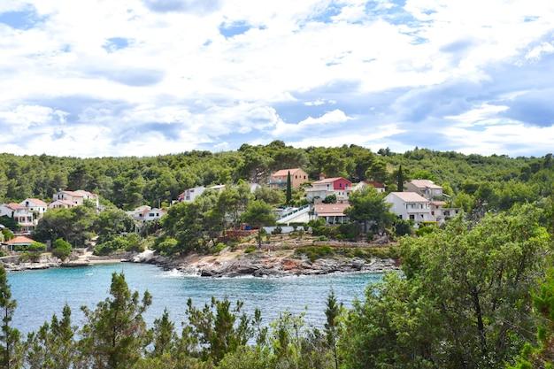 Красивое адриатическое море в хорватии, хвар, небольшая деревня, голубая лагуна, побережье, зеленые сосны, ницца