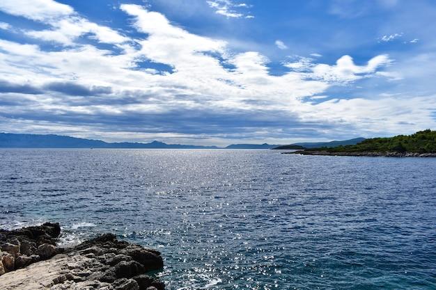 Красивое адриатическое море в хорватии. скала, пасмурное синее море, волны, красиво