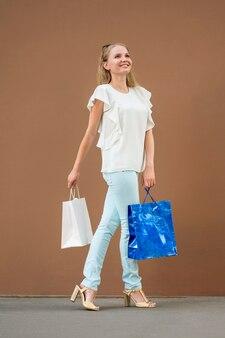 買い物袋を運ぶ美しい大人の女性