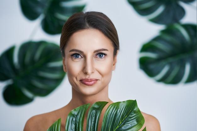잎 배경 포즈 아름 다운 성인 여자