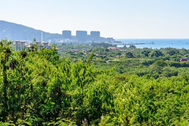鹿回頭公園から三亜市の美しい空中パノラマビュー。海南島、中国。