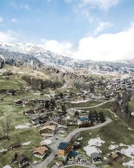 雪山の郊外の小さな町の美しい空中ショット